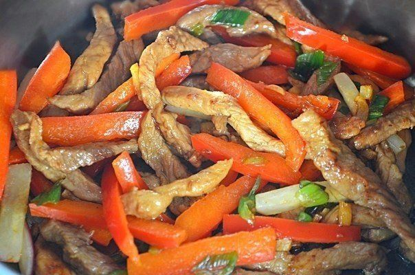 Свинина стир-фрай  Ингредиенты:  Свинина — 300 г Морковь — 2 шт. Перец болгарский — 1 шт. Грибы шампиньоны — 5–6 шт. Лук репчатый — 1 шт. Соус соевый — 50 мл Крахмал картофельный — 0,5 ч. л. Сок лимонный — по вкусу Масло растительное — 2-3 ст. л.  Приготовление:  1. Готовим заливку, смешиваем крахмал и соевый соус. В оригинальных рецептах этого блюда нужно добавлять рисовый уксус, я заменила его лимонным соком по вкусу. Готовую заливку отставляем. 2. Далее нарезаем все продукты удобными для…