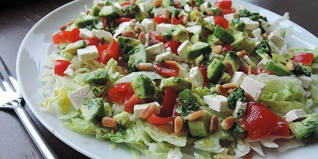 Her er salaten portionsanrettet med pinjekerner på toppen
