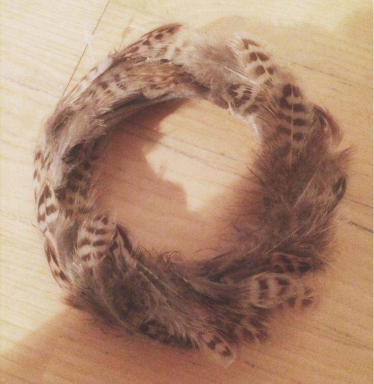 Lag en lekker og dekorativ krans av fjær.