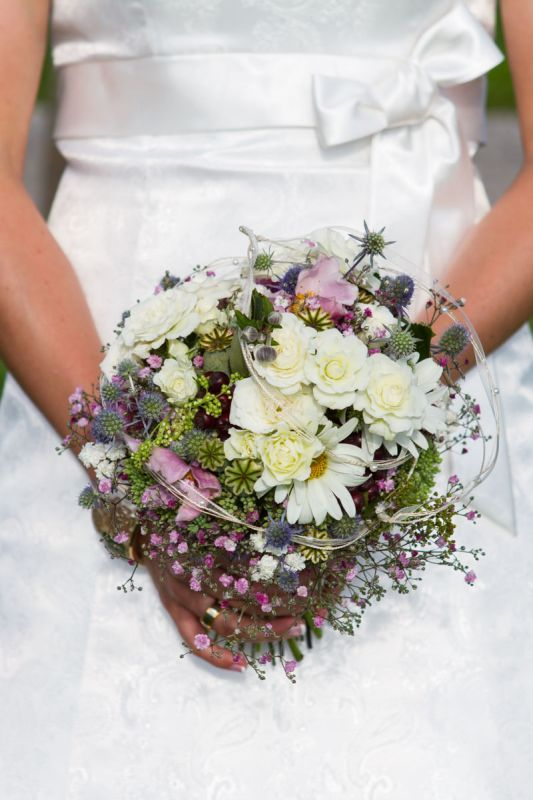 Natural bridal bouquet for vintage brides in white and pink. Roses, windflowers, giant daisies and baby´s breath. Bouquet: Melitta Schweiger, Austria. Photo: Wolfgang Kühn, Austria