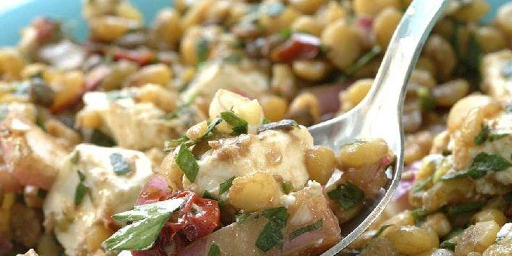 Linsesalat med fetaost - Lag denne salaten i litt god tid før du skal servere den, slik at all smaken trekker inn i linsene.