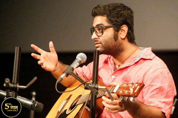 The phenomenal Arijit Singh at the #5thVeda charmed the crowd of over 500 #WWIStudents with his unique singing.