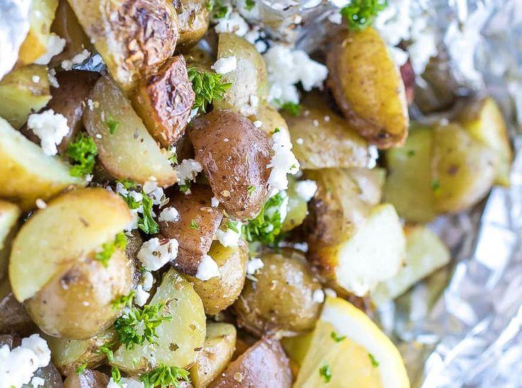 À la recherche d'une nouvelle recette de délicieuses patates pour le BBQ? Ne regardez pas plus loin que les classiques patates grecques super faciles à faire...