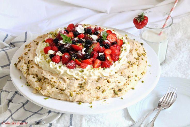 Pavlova à la rose, aux fruits rouges & aux pistaches