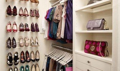 На фотографии дизайн гардеробной комнаты. В квартире сделана маленькая гардеробная, чтобы визуально увеличить пространство используют белую мебель. Для освещения используется люстра в центре потолка.