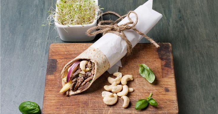 Denne oppskriften på wraps med reinsdyr og nøtter ser ikke bare god ut, men smaker himmelsk! En sunn favorittrett som lett kan tas med i hånda, eller pakkes i matboksen.