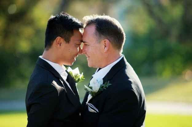 """""""Ellos no son diferentes de cualquier otra pareja. El amor es el amor y captar ese vínculo especial y momento de felicidad es mi objetivo principal, independientemente de la orientación sexual"""".   13 fotógrafos en sus bodas favoritas de personas del mismo sexo"""