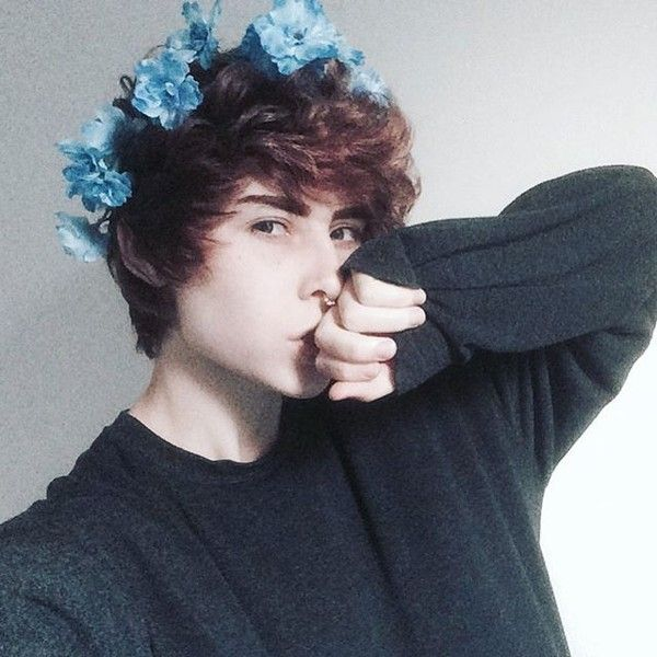 Whoever this is.. they're friggen goals ☆☆☆☆☆ I really like their hair ^-^ And the flower crown ~pupper dragon cal ♢