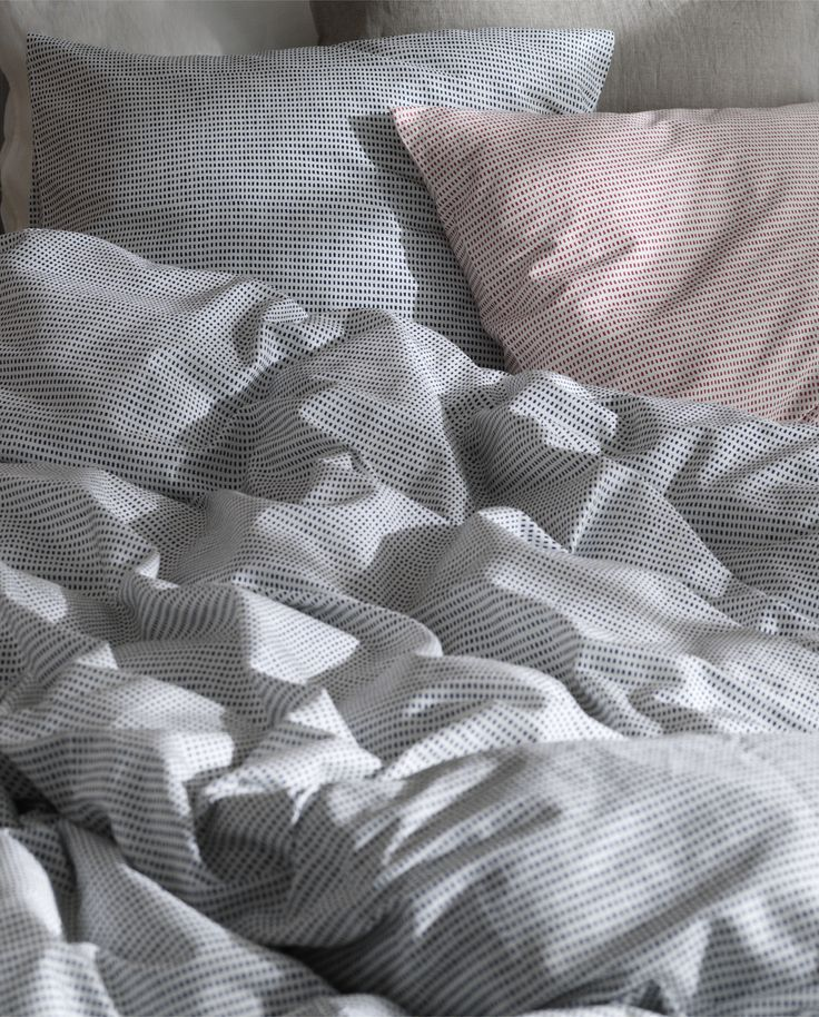Miki sängkläder i satin med tryckt grafiskt prickmönster.