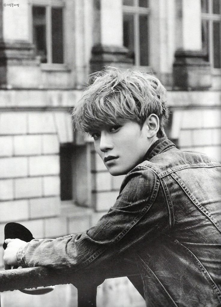 EXO CHEN bw (jongdae) bw looking like a bad-ass OMG so in love. he's crawling onto my bias list..