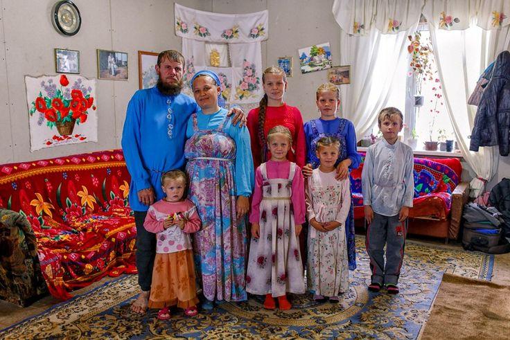 Lifo -Το πρωί όλοι άντρες, μικροί-μεγάλοι, φεύγουν από το σπίτι για να κάνουν εξωτερικές δουλειές (ακόμα και τα πιο μικρά αγόρια βοηθάνε τα αδέρφια και τον πατέρα τους), έτσι ο Alex έβγαλε μόνο τις γυναίκες στο σπίτι. ©www.livejournal.com