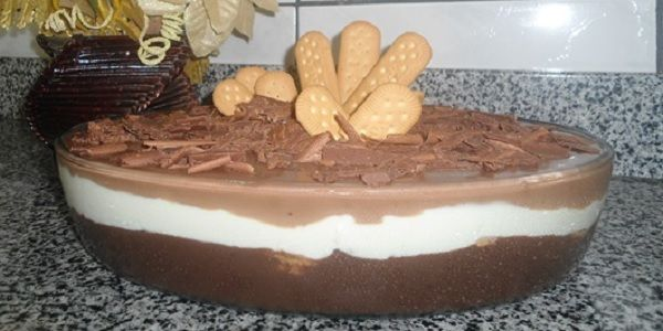 O Pavê Maravilha possui 3 camadas deliciosas: uma de creme branco, uma de creme de chocolate e uma de ganache. Ele vai ao freezer e mesmo assim não fica co