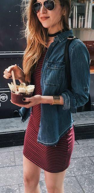 Vestido vermelho de listras e jaqueta jeans, peças fáceis de se encontrar e que juntos dão um look super despojado  e com  a mistura de  alguns acessorios como este  rayban aviador fica ainda mais autêntico 《pinterest: @Lariifreitas 》