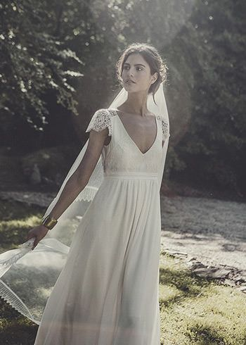 Robe Allen & voile long bordé de dentelle de Calais http://www.lauredesagazan.fr/collection/robes-de-mariee-2015