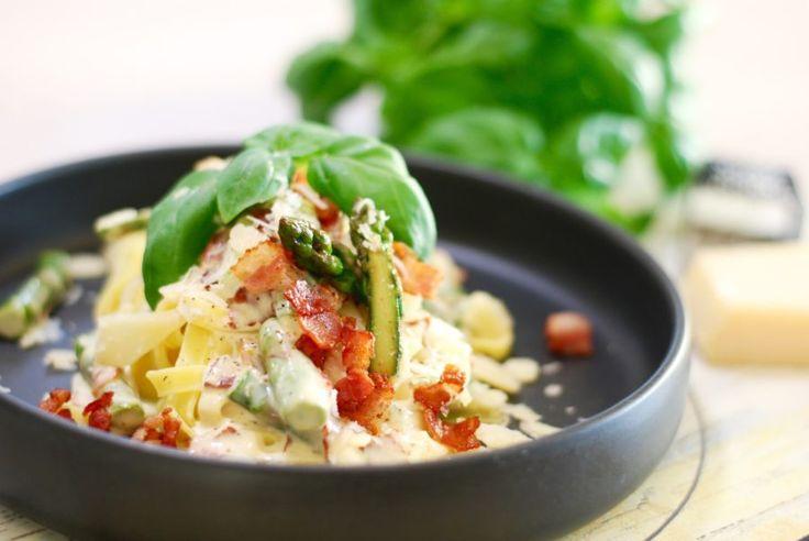 Krämig pasta med sparris & bacon
