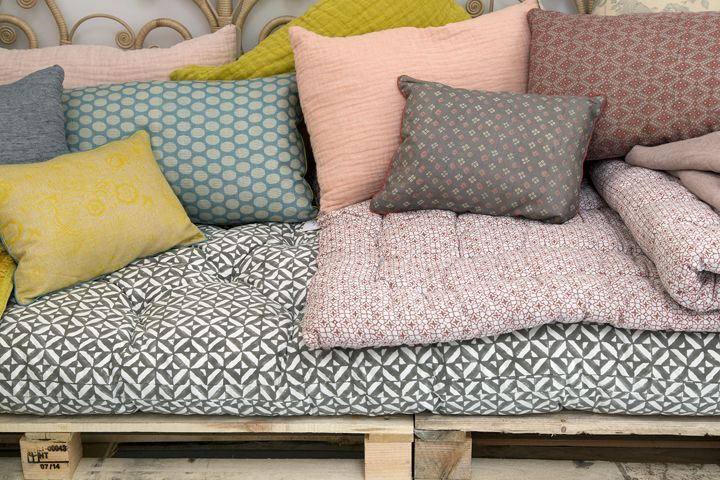 Palettes transformées en divan confortable avec son matelas de style ethnique et ses multiples coussins assortis - Collection printemps-été 2015 Le Monde Sauvage