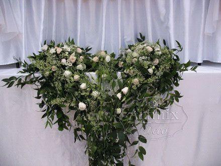 сердце из цветов на свадебном столе для жениха и невесты. Свадебная флористика столы гостей. Оформление стола живыми цветами на свадьбу. Сердце из цветов на стол жениха и невесты. Живые цветы на свадьбе