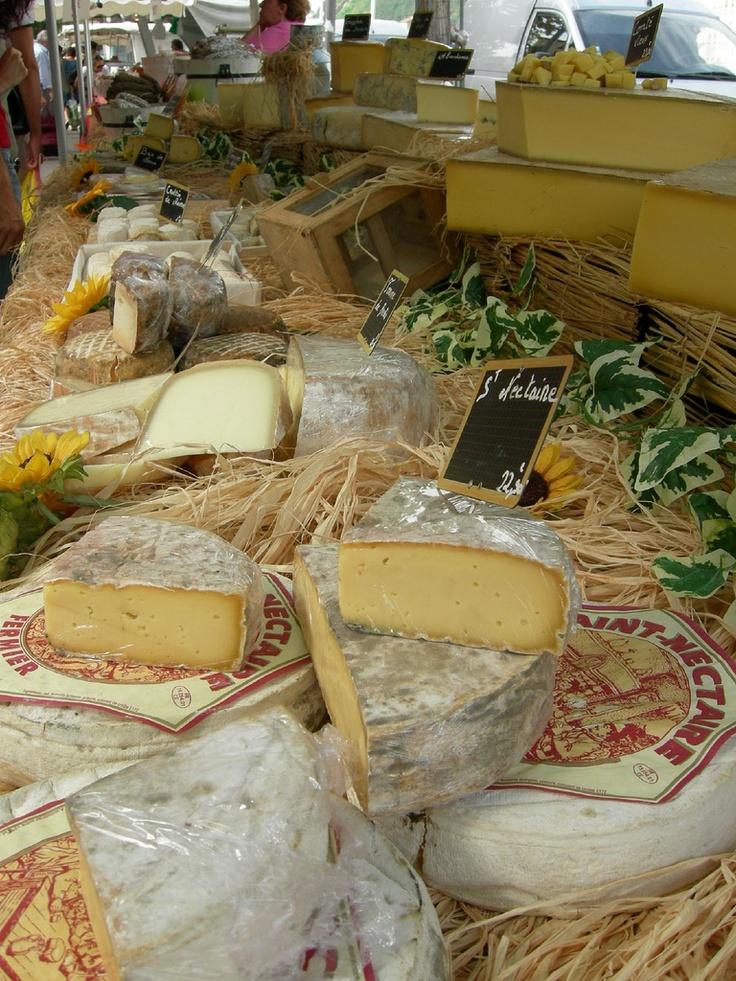 Fromages de Savoie.  En savoir plus sur le patrimoine culinaire et les traditions gastronomiques savoyardes : http://www.gpps.fr/Guides-du-Patrimoine-des-Pays-de-Savoie/Actualites/Decouvrez-le-patrimoine-gastronomique-savoyard
