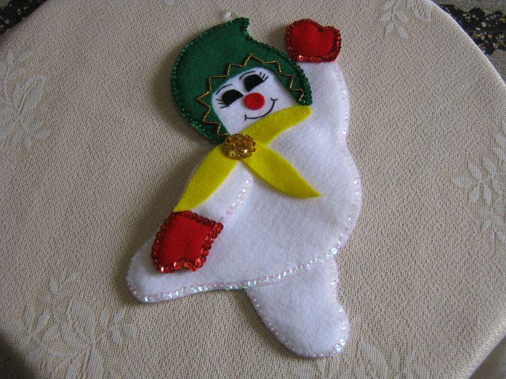 Hombre de nieve colgante hecho en paño lency y decorado con lentejuelas en los bordes