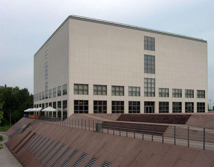 Galeria de Arte Contemporânea do Museu Hamburger Kunsthalle em Hamburgo, Alemanha. Este novo edifício, construído entre 1993 - 1996, foi projetado por Oswald Mathias Ungers e consiste em uma construção de base inclinada em granito vermelho sueco e um quadrado em brilhante calcário português. O cubo de cinco andares, com uma área de exposição de 5.600 m² é dividida por um corredor central.  Fotografia: KMJ.
