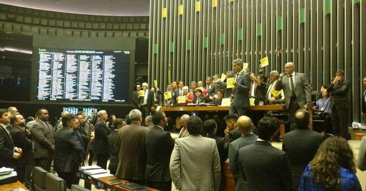 Protesto contra Temer na Câmara tem empurra-empurra e confusão