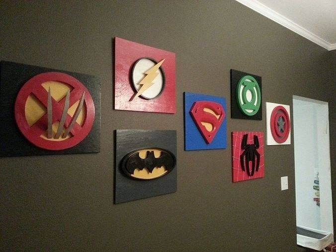 Wow, this is so cool! Superhero playroom decorated with DIY logo´s