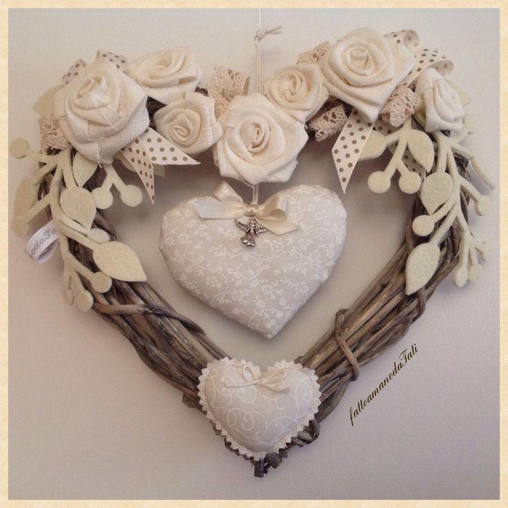 Corona/fiocco nascita in vimini con rose e cuore bianchi, by fattoamanodaTati, 33,00 € su misshobby.com