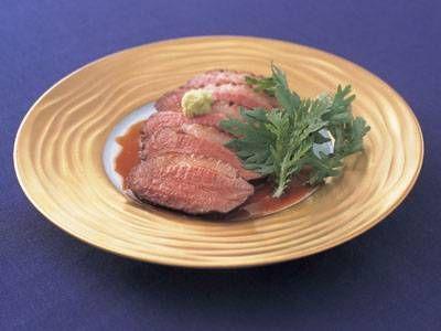 塩田 ノア さんの合がもむね肉を使った「鴨ロース」。鴨(かも)肉はお正月気分にぴったり。赤ワインにみりんを加えた甘めの汁で煮ます。雑煮やそばに入れても。 NHK「きょうの料理」で放送された料理レシピや献立が満載。