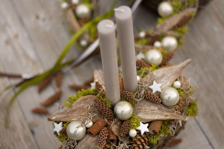 """Vánoční+svícen+""""Pod+smrkem""""+svícen+v+proutěném+košíku+s+islandským+mechem,+tilandsií,+exotickými+plody,+šiškami+a+skleněnými+baňkami+svíčky+z+palmového+vosku+jsou+součástí+svícnu+určeno+pouze+k+dekoraci+rozměry+31*19cm,+výška+35cm"""