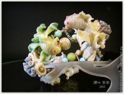 """Браслет """"Теплое море в ладонях"""" из запекаемой полимерной глины. Фантазийные искрящиеся рыбки как будто танцуют вокруг запястья среди причудливых морских кораллов и актиний.. Этот объемный 3D-браслет - по-настоящему самодостаточное, фокусное украшение!"""