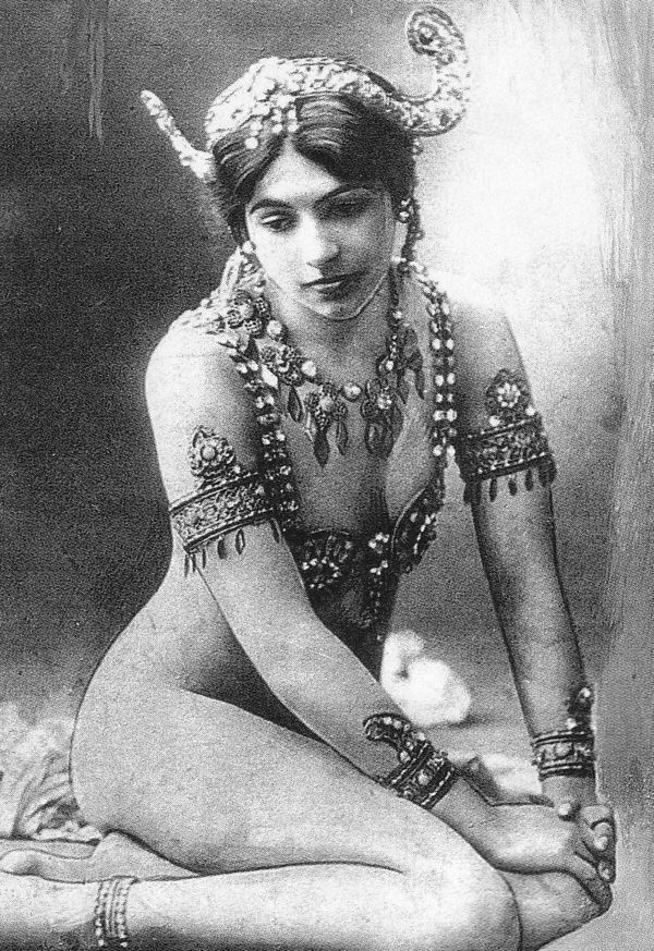 women spies mata hari From mata hari through to noor inayat khan, women spies have rarely received the recognition they deserve.