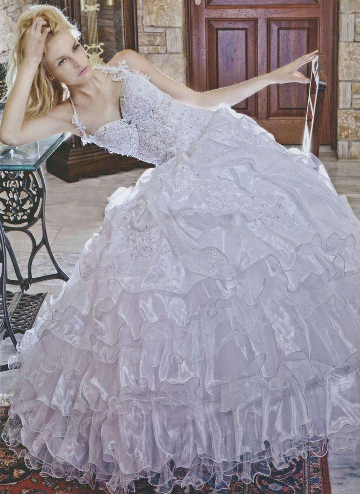 Λευκό νυφικό, φούστα με βολάν από οργάντζα