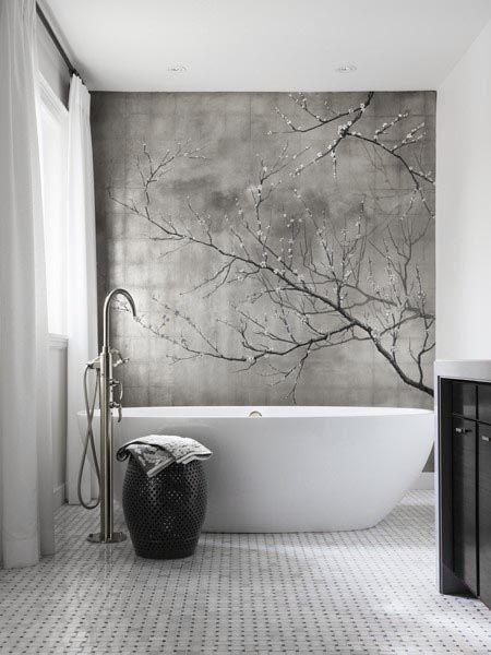 A pintura do painel e as curvas da banheira deram um toque delicado no banheiro com traços fortemente masculinos