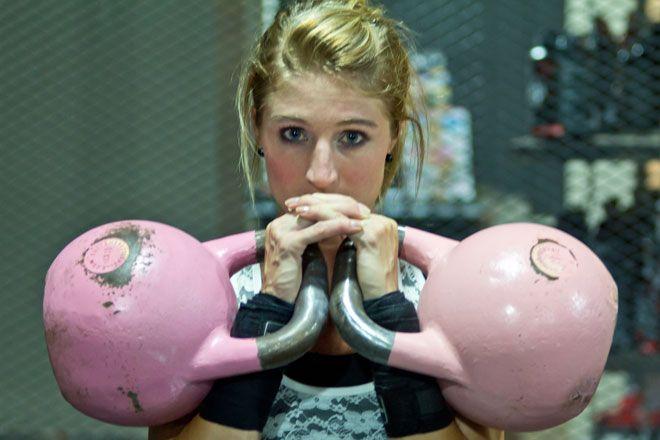 Kettlebell-Training – Dieser Fitnesstrend weckt den Krieger in Dir - #Kettlebell-#Training stärkt Deine #Muskulatur und verbrennt Fett. Wir verraten Dir, was hinter dem Trend-Training mit der #Kugelhantel steckt. #Daytraining #Muskelaufbau #Fettverbrennung #Abnehmen #Fitness