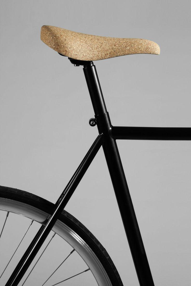 Sofia Almqvist och Carl Cyrén pluggar Industridesign på Konstfack och de har tagit fram den här cykelsadeln i kork. Sadeln är fräst ur ett stycke med hjälp av en cnc-maskin. Den är sedan behandlad med hårdoljevax som skyddar den mot väder och vind, samtidigt som den framhäver korkens struktur. Sadeln finns än så länge endast i ett exemplar men Sofia och Carl är båda intresserade av att vidareutveckla projektet och få ut produkten på marknaden.