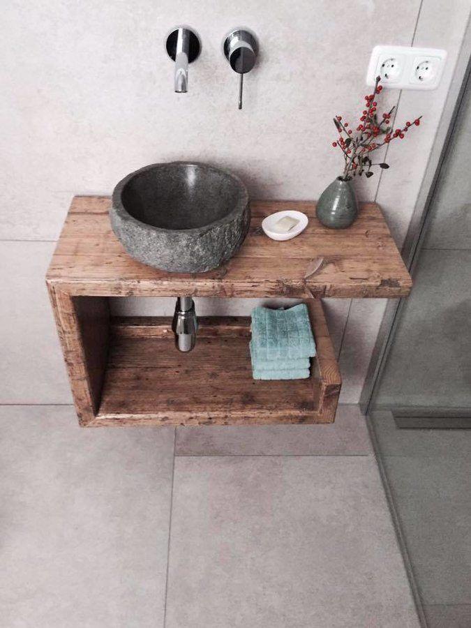 kleiner Waschtisch aus Altholz für die Gäste