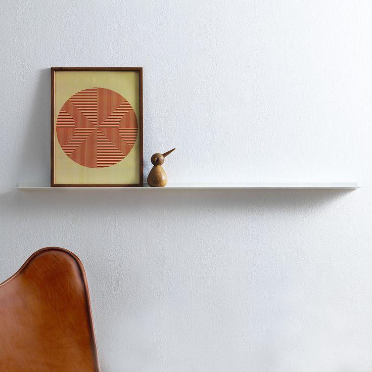 Articolo: EXF1180WFrame e' il membro piu' piccolo del sistema di mensole a muro Exilis, stato sviluppato nel 2008 dal duo di desgner svedesi WEDO e vincitore del prestigioso Red Dot Design Award nel 2010. La mensola di design Frame, con la sua superficie stretta appena 8 cm, e' pensata per sostenere quadri e piccole decorazioni. e' realizzata in alluminio estruso di colore alluminio, bianco o nero (in due lunghezze: qui 118 cm) ed e' sostenuta da sostegni nascosti. Il materiale e' ricavato…