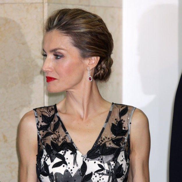 Los moños bajos y con volumen en la parte superior de la cabeza son el accesorio beauty perfecto de la Reina Letizia a la hora de lucir un vestido con escote en V. Además, lo complementa con unos labios rojos y a todo color.
