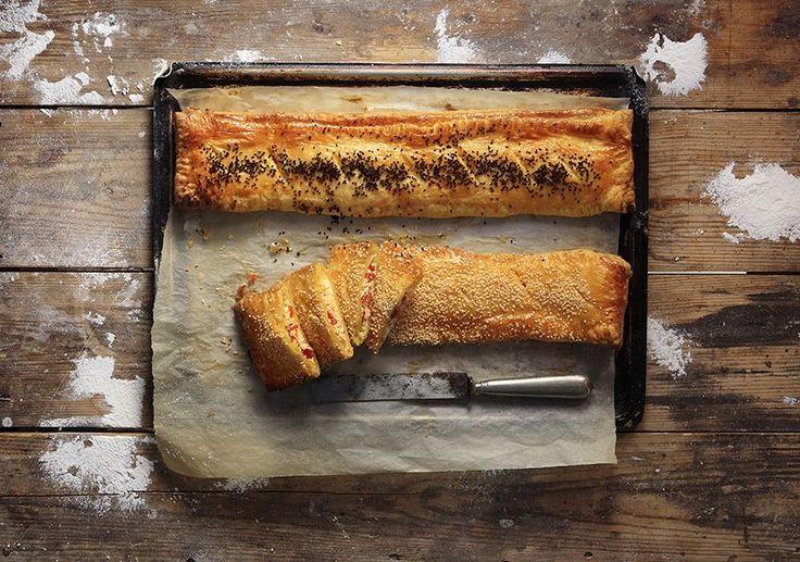 Photo credit: G. Drakopoulos   Προθερμαίνουμε το φούρνο στους 180 βαθμούς. Σε ένα μπολ ανακατεύουμε όλα τα υλικά για τη γέμιση θρυμματίζοντας τη φέτα και το ανθότυρο. Πα...