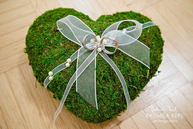 wedding rings on heart moss wedding pillow with white pearl ribbon by (c) radmila kerl wedding photography munich  Eheringe auf einem Moos-Ringkissen mit weißen Schleifen und Perlen
