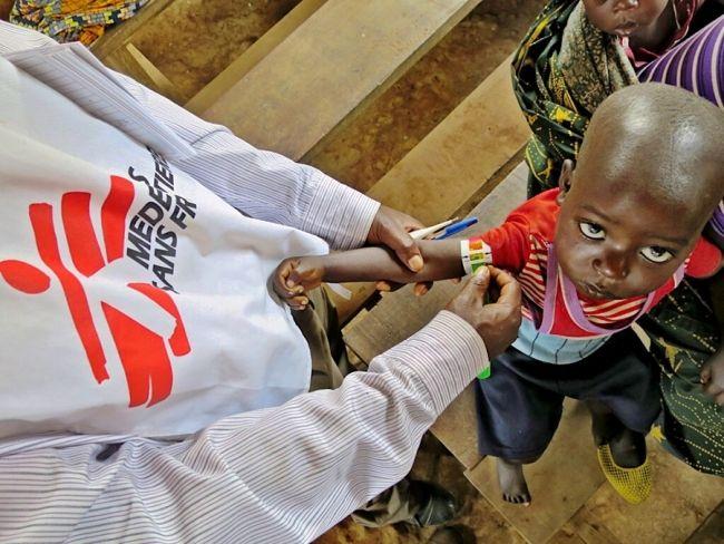 La malaria es una enfermedad prevenible, pero alrededor de 660,000 personas siguen muriendo anualmente debido a la falta de acceso a tratamiento y pruebas de diagnóstico para combatirla. Emily es parte de los equipos de MSF que trabajan en clínicas móviles para atender la malaria en diferentes lugares a lo largo de la República Democrática del Congo. Ella nos envía un fotoblog en el que nos muestra el trabajo que hace junto a su equipo: