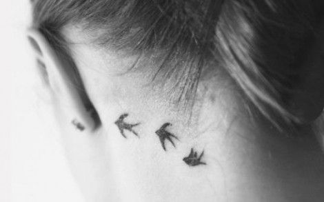 Foto tatuaggio tre rondini sul collo