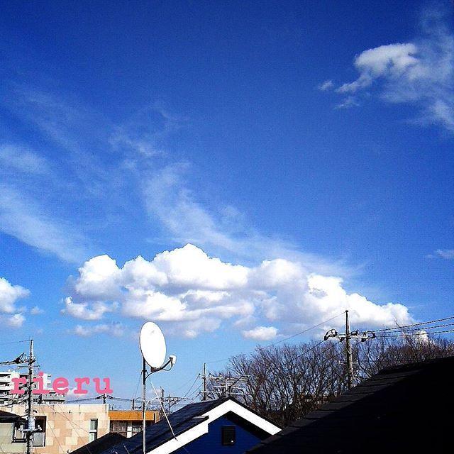 🍬 🍬 おはよぉ😂😂😂 笑うしかないわよ眠れないから ネイルチェンジしたわ💅ジェル風 🍬 桜色🌸にしたけど、もっと白が強めのパステルカラーが好きなんだけど 発色のいいアメリカ🗽製のを使ってるから何度も塗る必要ないし楽チン💝 なんだけど白が強めのパステルカラーではない💧💧💧 🍬 そして朝になったよ😂😂😂 空はカコソラで雲から雲出てるみたいな雲さんだよぉ❤ 🍬 #カコソラ#空#雲#青空#風景#景色#空は繋がってる#同じ空の下#空好き#雲好き#風景好き#ネイルチェンジ#桜色#セルフネイル#ジェル風#パステルカラー好き#白強めの#パステルカラー#ネイル#アメリカ製#おはようございます#これから#寝るよ#sky#skyblue#bluesky#skylovers #ig_skylove #cloud #tokyo