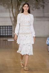 Browse runway pictures from Oscar de la Renta fashion shows.