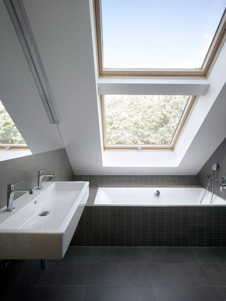 ロフトハウスの勾配天井の下の開放的なバスルーム | 住宅デザイン