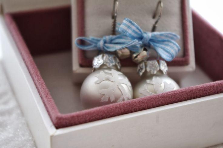 Chèvre culinaire: DIY Bauble Earrings // Weihnachtskugelohrringe