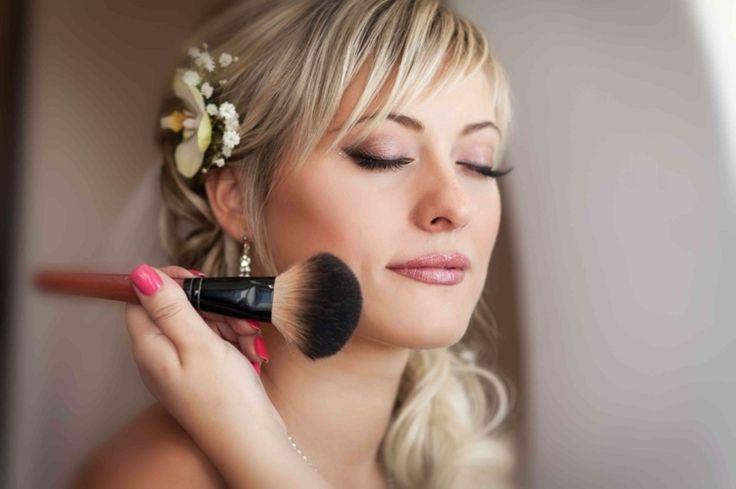 maquillage pour mariage élégant - fard à paupières de couleur sable et rouge à lèvres pêche
