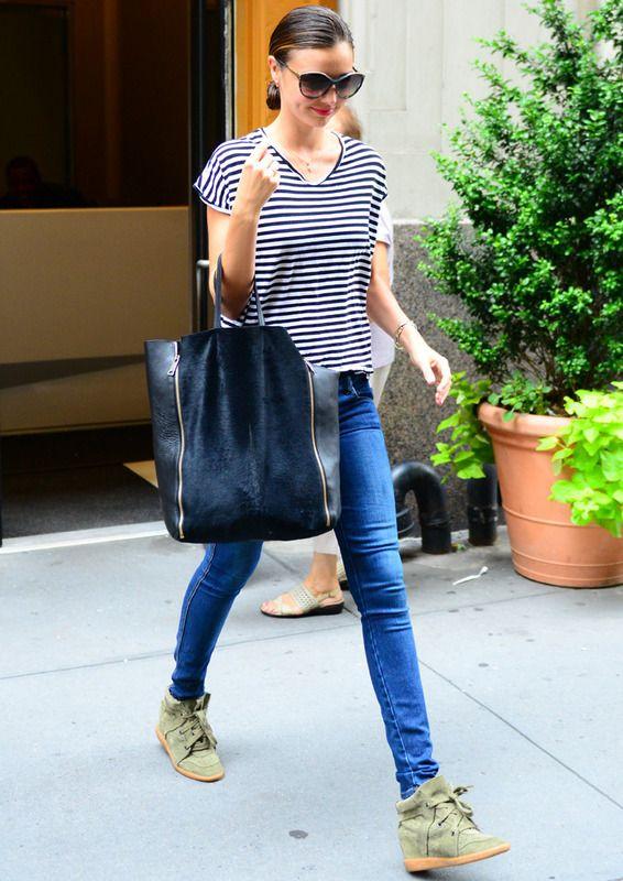 Miranda lleva con estilo una tendencia que no es fácil de llevar: las odiadas/queridas sneakers.