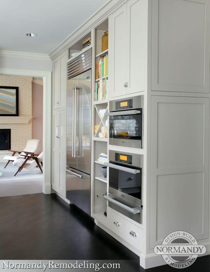 The 36 sub zero refrigerator is surround by ample storage making food preparation much rund ums hausrundegraue küchenschränkeweiße