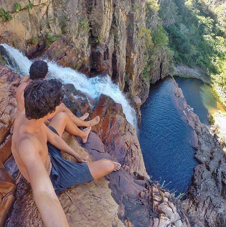 chapada dos veadeiros goiás. #vcpelomundo  a Chapada dos Veadeiros é um parque nacional localizado na região centro oeste do estado de Goiás. ele é considerado Patrimônio Mundial da Unesco. a cachorira da foto é a cachoeira do macacão. pouca gente conhece porque o acesso a ela é muuuito difícil e poucos guias conhecem. ela tem 120 m de altura!! lindo né? foto do @tethi_  e do @fred.mv :) #chapadadosveadeiros #goias #brasil #travel #destinosimperdiveis #travelgram #vsco #vscocam #vscobrasil…